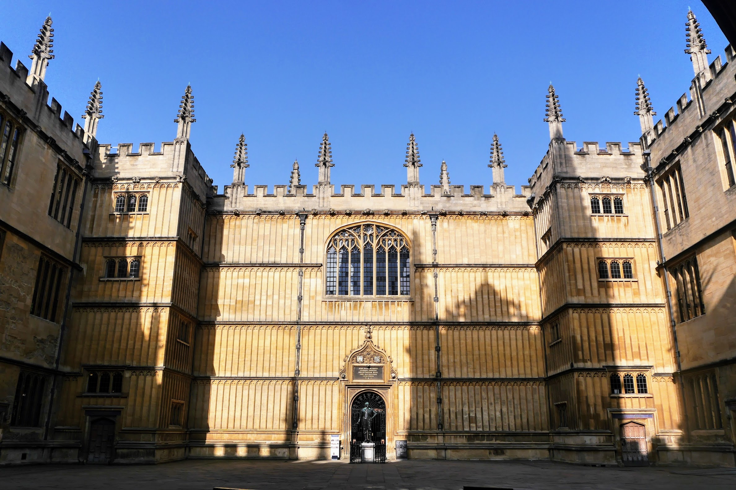 Image of the front of the Old Bodleian Library.